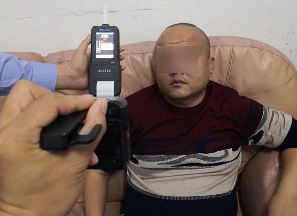 民警对涉事男子进行酒精检测。采访对象供图
