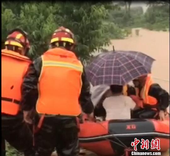 在山东潍坊,暴雨冲毁道路,一独居老人被困,消防紧急救援。