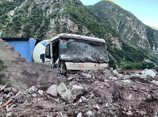 坍塌现场被砸坏的一辆搅拌车