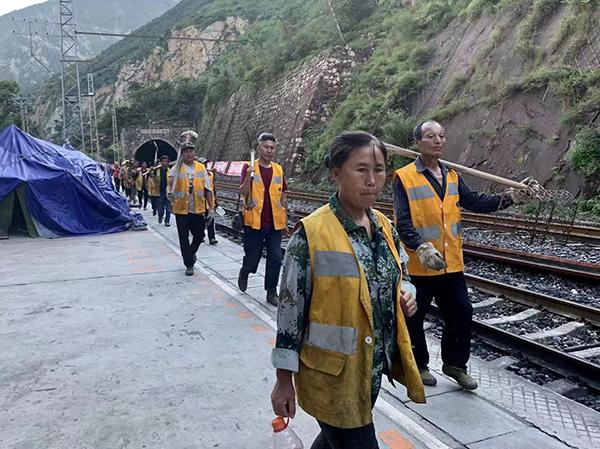 8月16日,成昆线凉红站工人抢险回来