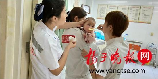 护士妈妈给孩子喂水。红祥 摄