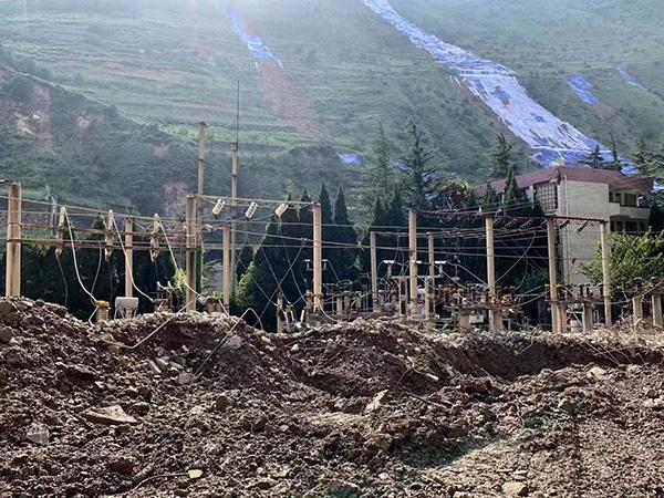 连续暴雨袭击,泥石流摧毁了埃岱村的一处电厂