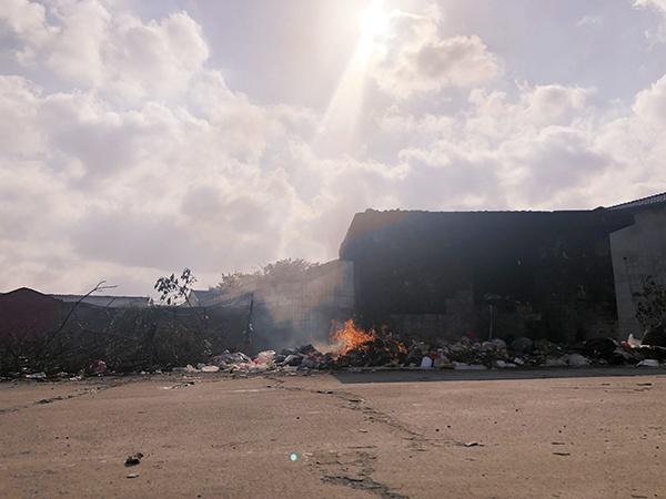 村内一处垃圾堆。澎湃新闻记者 袁杰 图