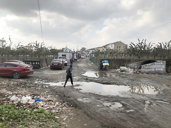 进入东野、永兴组的道路,泥泞不堪。澎湃新闻记者 袁杰 图