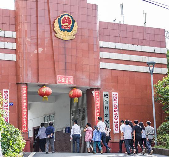 学生家长在威信县公安局门口。