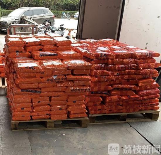 南京江宁区邮政公司将所有教材用防水袋包装好,准备发运