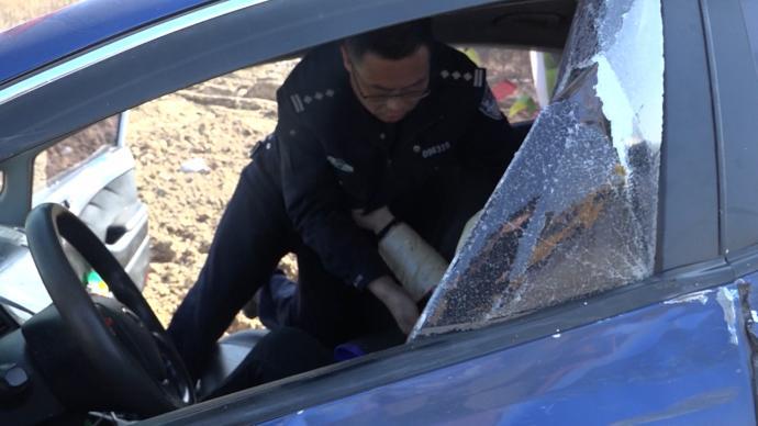 江苏盐城两车相撞一人受伤 过路民警出手施救