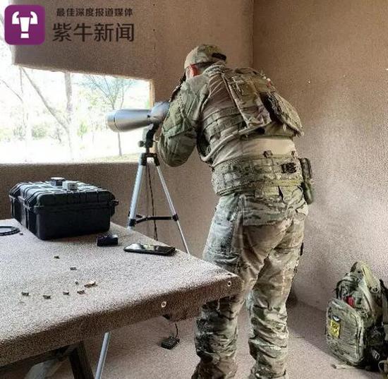 虞斌在澳洲野外用观察员瞄准镜校枪