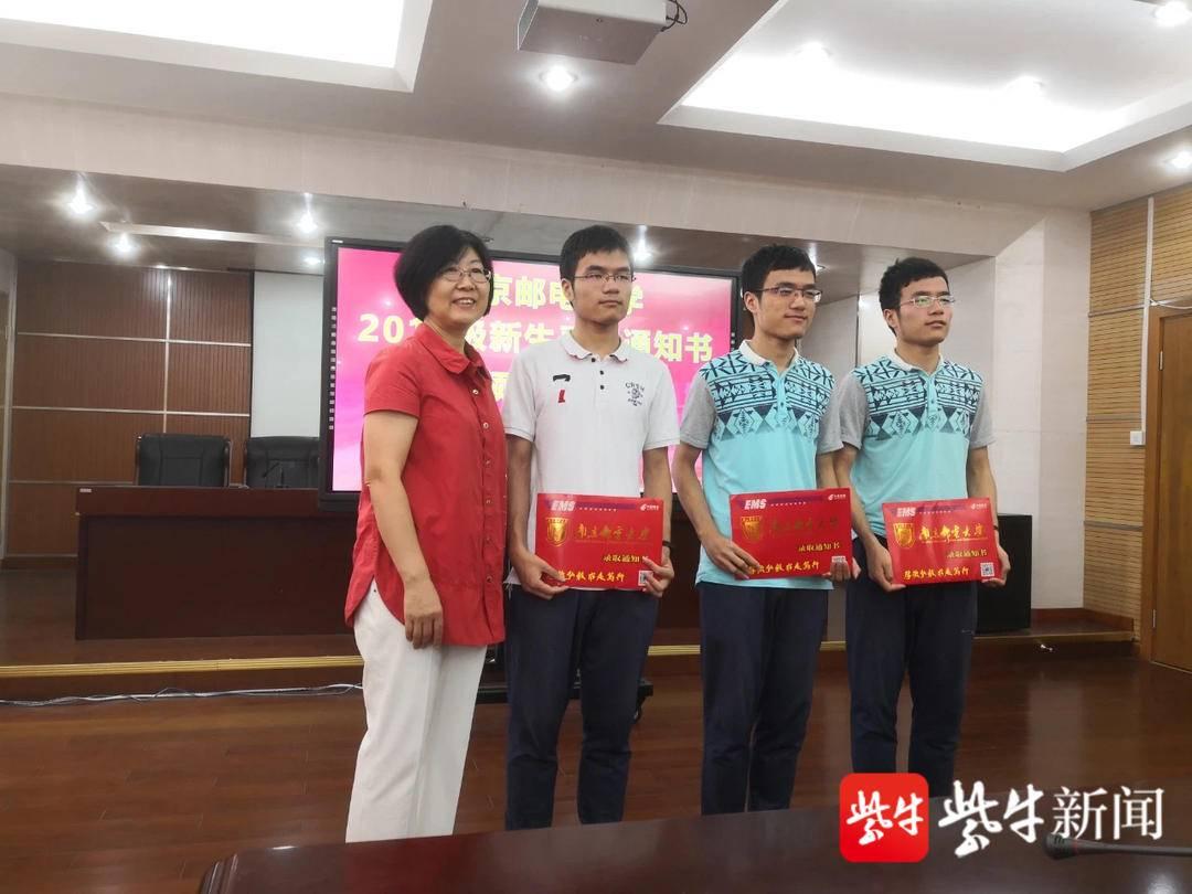 去年南邮姜小舜总会计师为三胞胎送上录取通知书