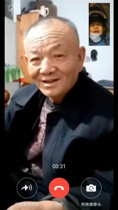 王兰伟春节与父亲视频。受访者供图