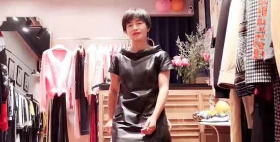 2018年,表姑杨冰(化名)在她装修的店里。受访者供图
