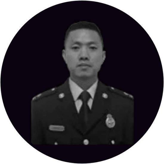 孔祥磊今年29岁,这是他成为消防员的第12年。