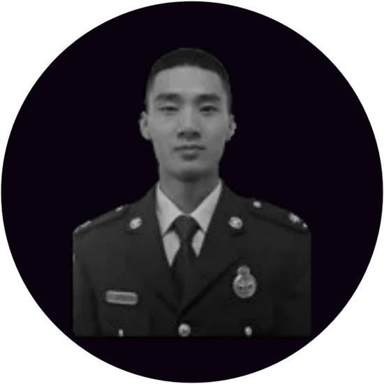 """汪耀峰,湖北省孝感市孝昌县人,20岁入伍,在凉山消防""""打火""""6年。"""