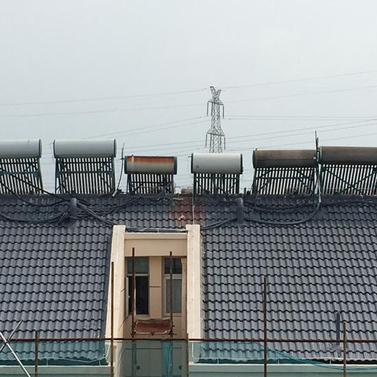 小区楼顶整体已喷上蓝灰色的漆。 澎湃新闻实习生 江嘉涵 图