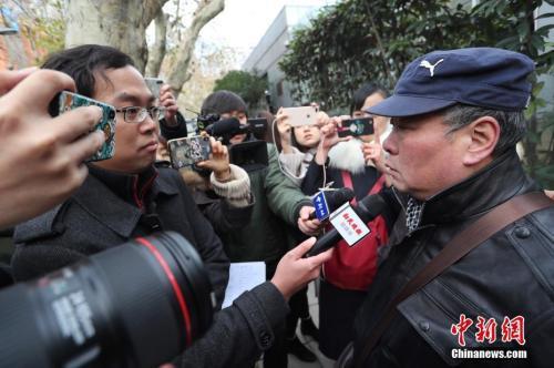2018年12月13日,被害人父亲杨敢连在二审开庭前接受采访。张亨伟 摄