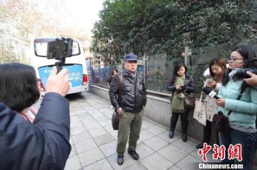 被害人父亲杨敢连在上海市高级人民法院出庭二审 张亨伟 摄