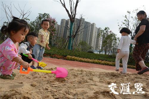 大白天游园里都有很多人休闲玩耍。