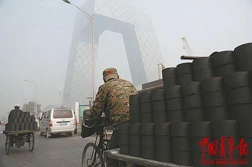 拉蜂窝煤的工人。 中国青年报 视觉中心供图