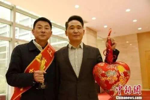 孙胜荣(右一)和恩人张爱民