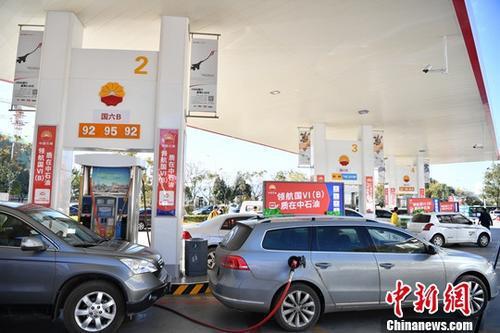 资料图:汽车在加油站加油。 刘冉阳 摄
