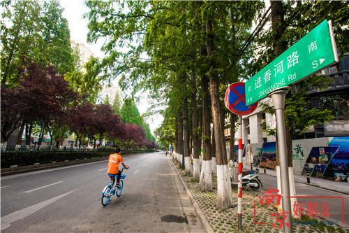 如今的进香河路整洁宽阔,路边可以看到清晰的指路牌。