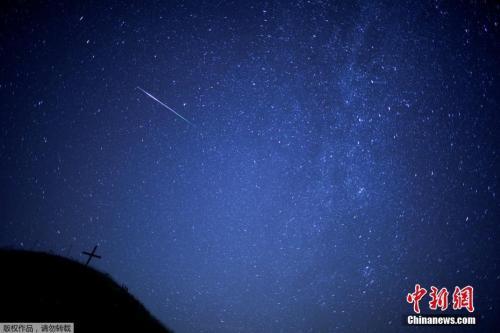 """资料图:与地球相撞的小行星被称为流星。当流星体没有完全烧毁而落到地面时,残余部分便被称为陨石。图为""""英仙座流星雨""""。"""