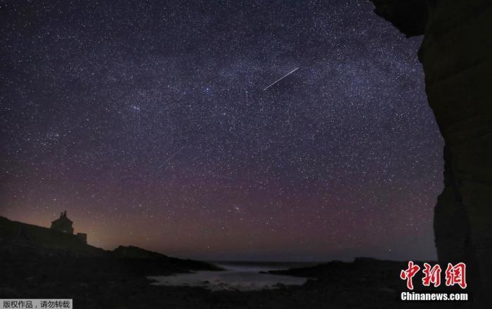 当地时间2020年4月22日,天琴座流星雨如约而至。图为在英格兰诺森伯兰郡观测到的天琴座流星雨。