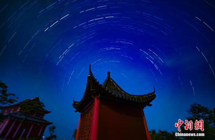 资料图:江西省新余市仰天岗国家森林公园内多重曝光下的星轨图和英仙座流星。赵春亮 摄