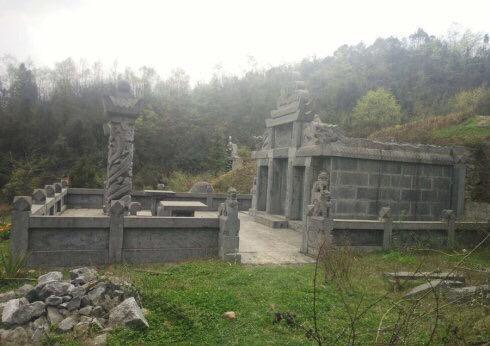 王永刚豪华活人墓,周边还包括景观树和一个水塘。受访者供图