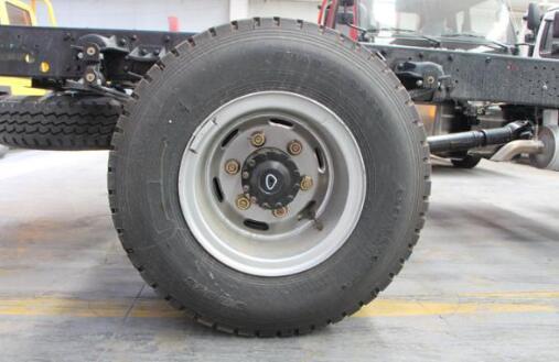 轮胎采用了8.25R16-14PR真空子午线轮胎,8.25轮胎的承载能力更强。
