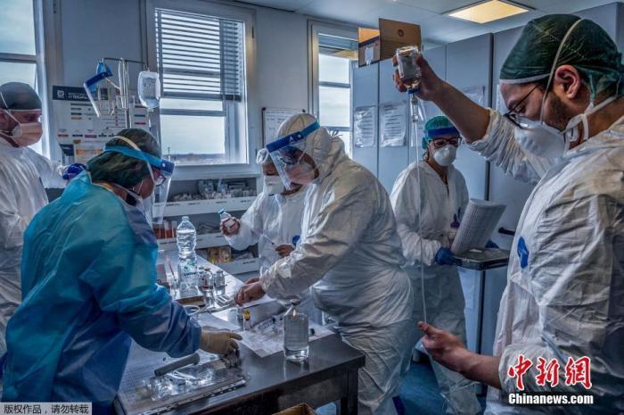 当地时间3月23日,意大利米兰东南部的克雷莫纳医院重症监护室,医护人员正在为感染新冠状肺炎的重症患者治疗。