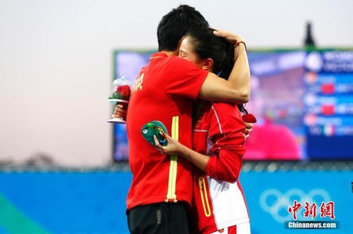 资料图:当地时间8月14日,2016里约奥运女子三米板决赛赛后,中国跳水运动员秦凯向刚刚获得银牌的何姿求婚。中新网记者 富田 摄