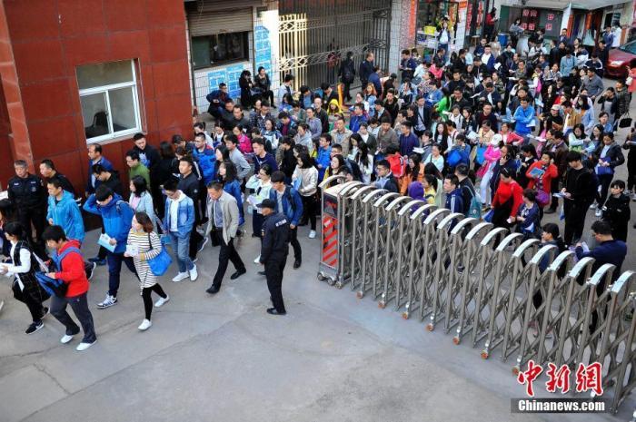 资料图:2017年4月22日,山西太原,参加公务员考试的考生走进考点。韦亮 摄