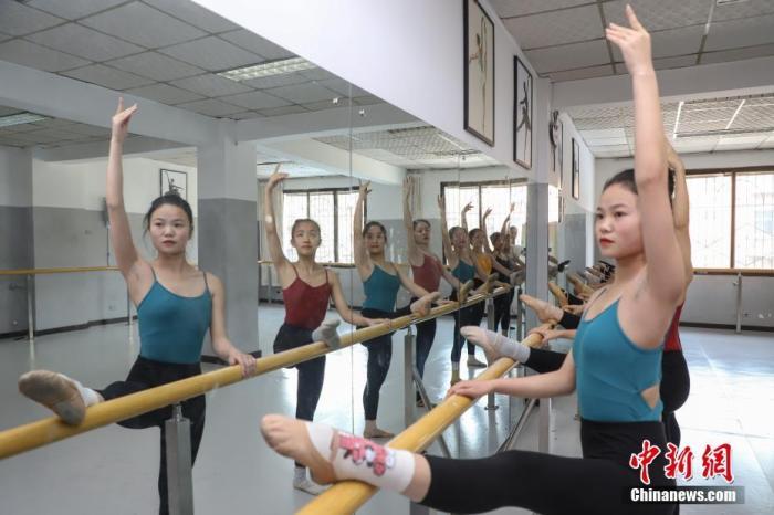 资料图:2019年12月9日,在贵州贵阳一家艺考培训机构,舞蹈专业考生在练习基本功。中新社记者 瞿宏伦 摄