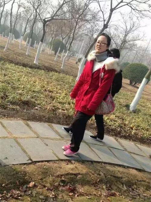 (图为程凯同学参加苍梧公园一起捡拾垃圾进行环保宣传活动)