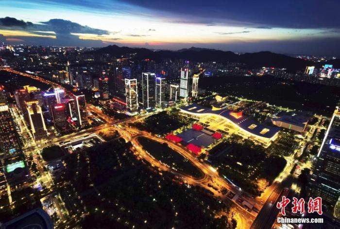 资料图:深圳市民中心夜景。