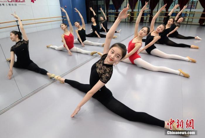 资料图:2019年11月,在河北省邯郸市一家舞蹈中心的练功房,艺考生在练习基本功。中新社发 郝群英 摄 图片来源:CNSPHOTO