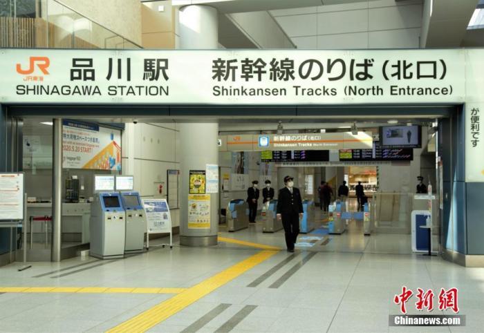 当地时间4月4日,东京品川站新干线乘车口旅客稀少。近日,日本东京都新冠肺炎确诊人数持续增加,政府呼吁民众减少外出。中新社记者 吕少威 摄