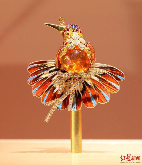 ▲使用养殖锦鸡羽毛、虎皮鹦鹉脱落羽毛替代真翠鸟羽毛设计而成的点翠珠宝。