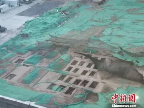 清华大学内施工现场发现一片古墓。 宋宇晟 摄