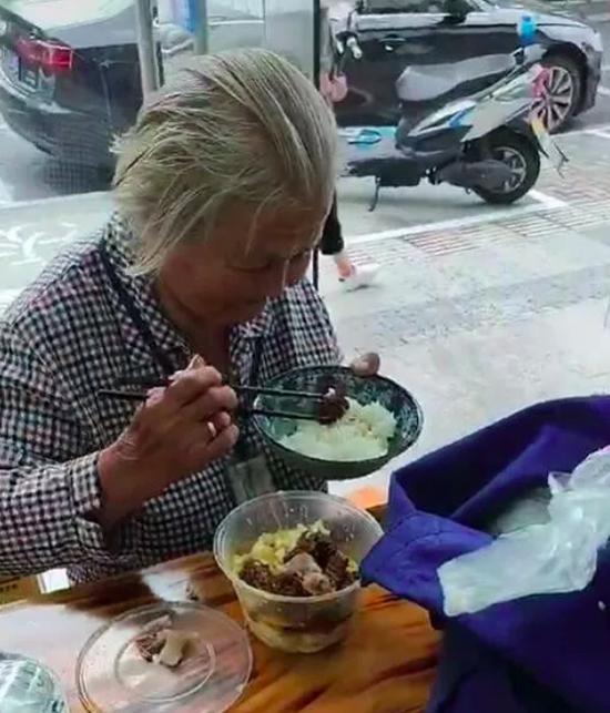 老人头发花白、穿着朴素