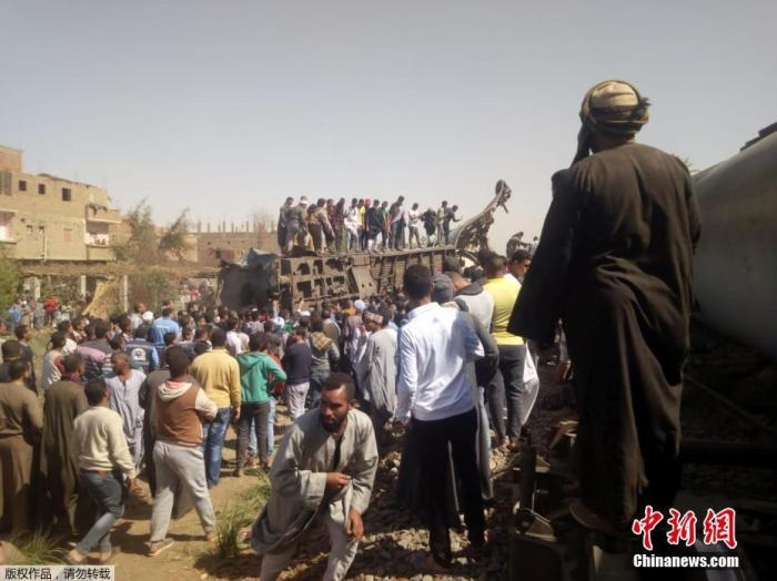 图为大量民众聚集在事故现场。