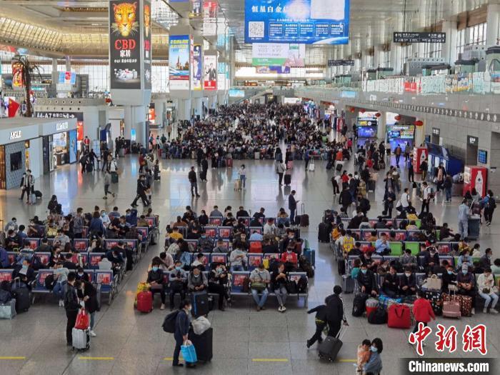 8日早,南京南站中的客流熙熙攘攘。