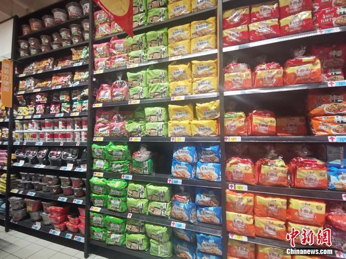北京一家超市的方便面区。 谢艺观 摄