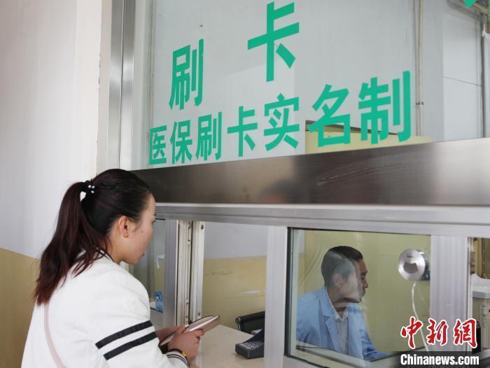 资料图:民众在青海一家医院窗口刷卡缴费。 张添福 摄