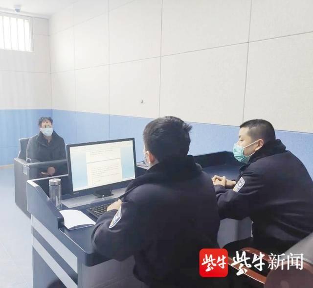 犯罪嫌疑人仲某接受民警询问。