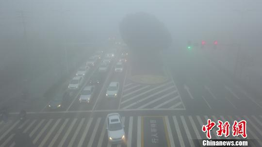 图为车辆开启前后雾灯,减速慢行。 孟德龙 摄