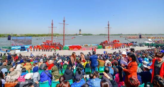 开幕式最后,激动人心的会船比赛环节终于到来了!