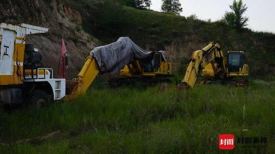 耿建平被捕后,用来非法采矿的设备被放在山间隐蔽处