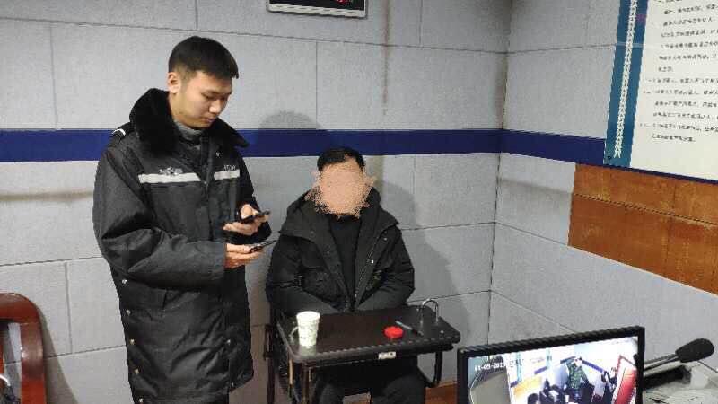嫌疑人梁某接受警方调查
